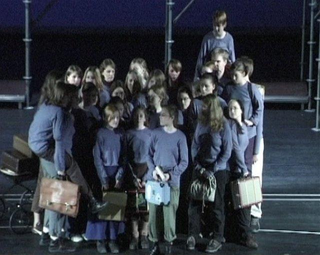 Brundibar: Eine Mädchenklasse probiert Brundibar