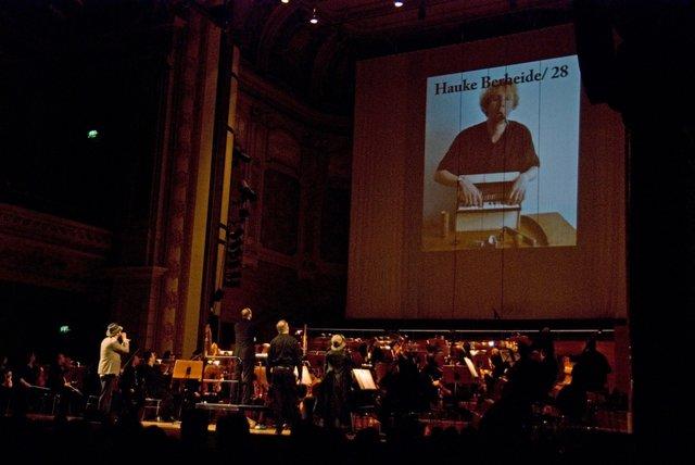 Die Kommisare suchen einen Komponisten für Piccolo und Tuba
