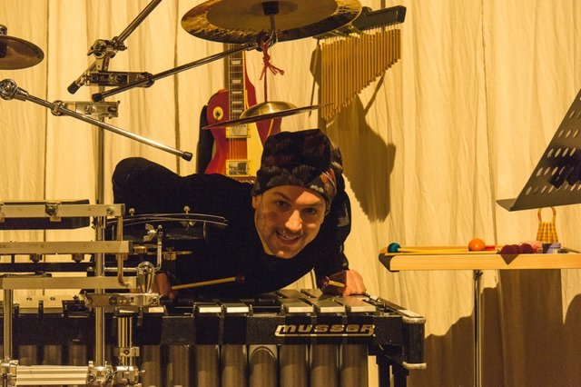 Schlagzeuger gibt Kommentar